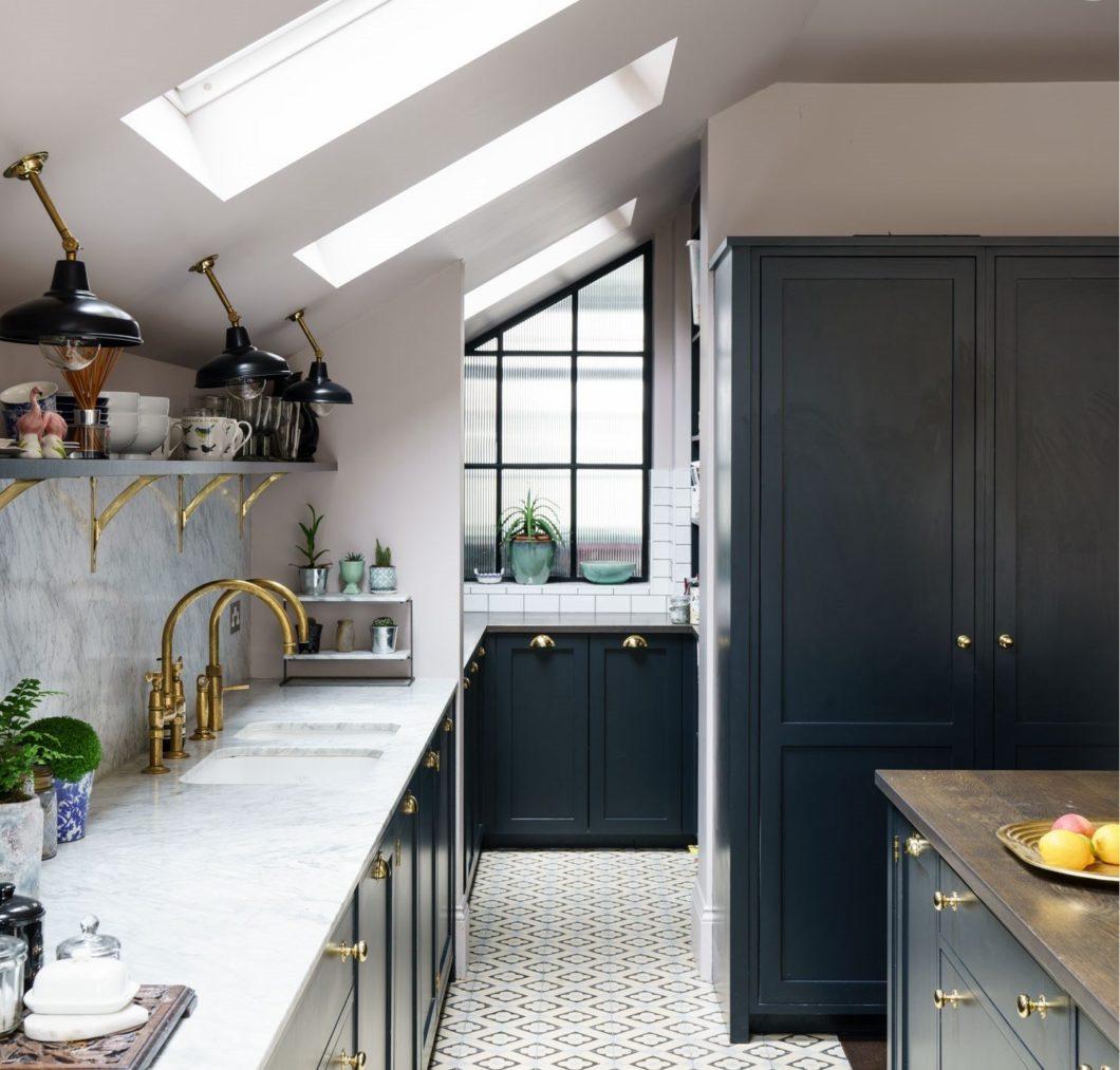 Sowohl Wände als auch hochwertige Holzmöbel können mit den Lacken von Farrow & Ball sorgfältig überzogen werden. Hier zeigt sich, wie sanft beige-rosé schimmernd ein Weißton sein kann - und wie überzeugend ein dunkelblauer Küchenton dagegen. (Foto: Farrow & Ball)