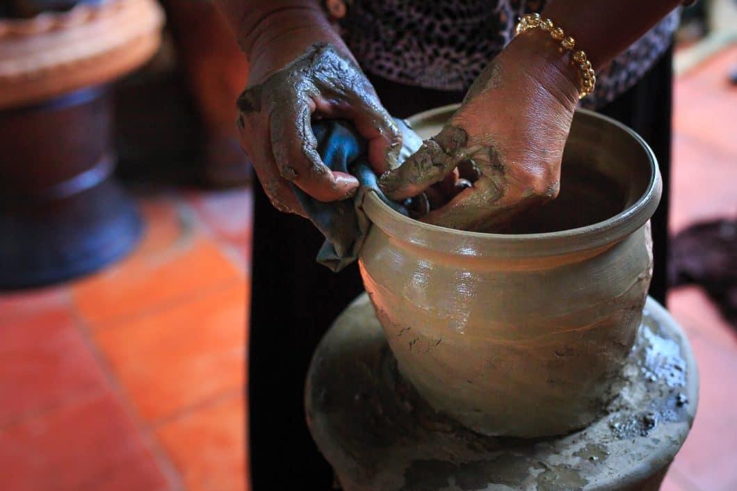 Das Naturmaterial Ton ist faszinierend wandelbar. Mit Wasser und Kaolin versetzt wird es zur Keramik, die uns seit Jahrtausenden in Form von Krügen, Töpfen und Tassen begleitet. (Foto: Quang Nguyen Vinh)