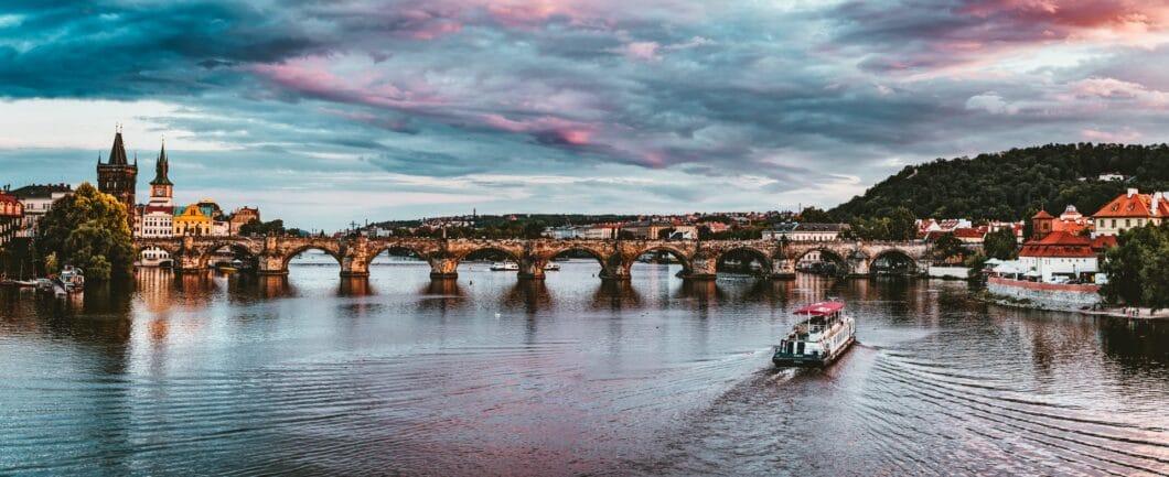 Der bekannteste Anblick Tschechiens: die berühmte Karlsbrücke in Prag, die von Jugendstilhäusern geprägte Altstadt. Doch was gibt es hinter den Kulissen neu zu entdecken an Tschechien? (Foto: Stock/ Felix Mittermeier)