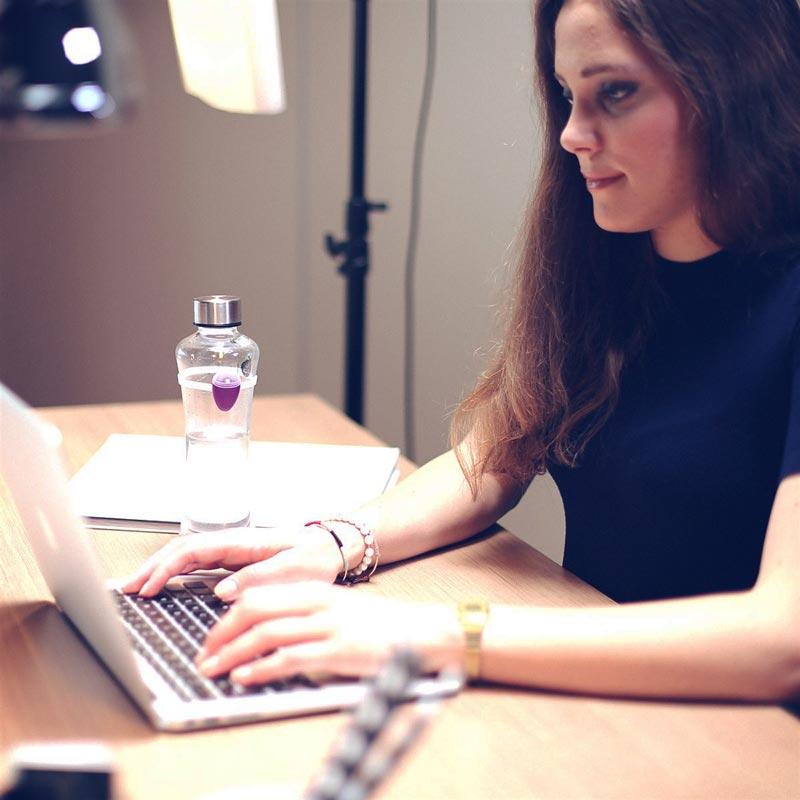 Ulla macht sich nicht nur in den eigenen 4 (Küchen-)Wänden gut, sondern auch im hektischen Büroalltag: Sie zwingt Sie, zu trinken! (Foto: ulla.io)