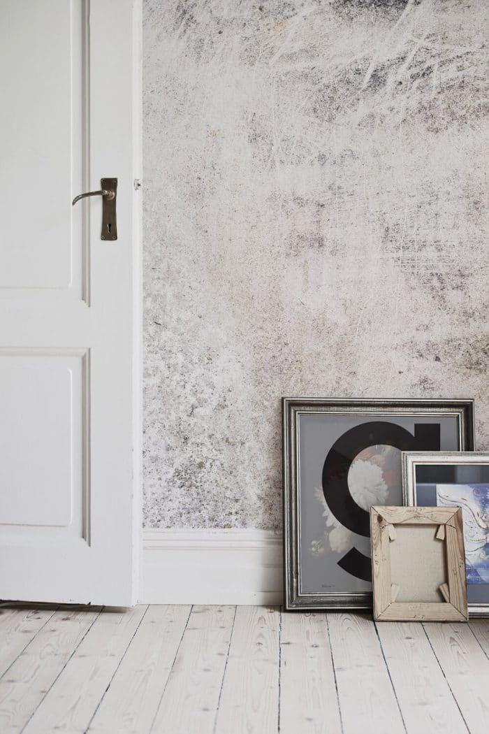 """Quartz und Holz passen eben doch zusammen - für eine entspannt-elegante Wohnung, die dank Tapetenmuster nicht mal viel kosten muss. Wallpaper """"Quartz"""", muralswallpaper.co.uk"""