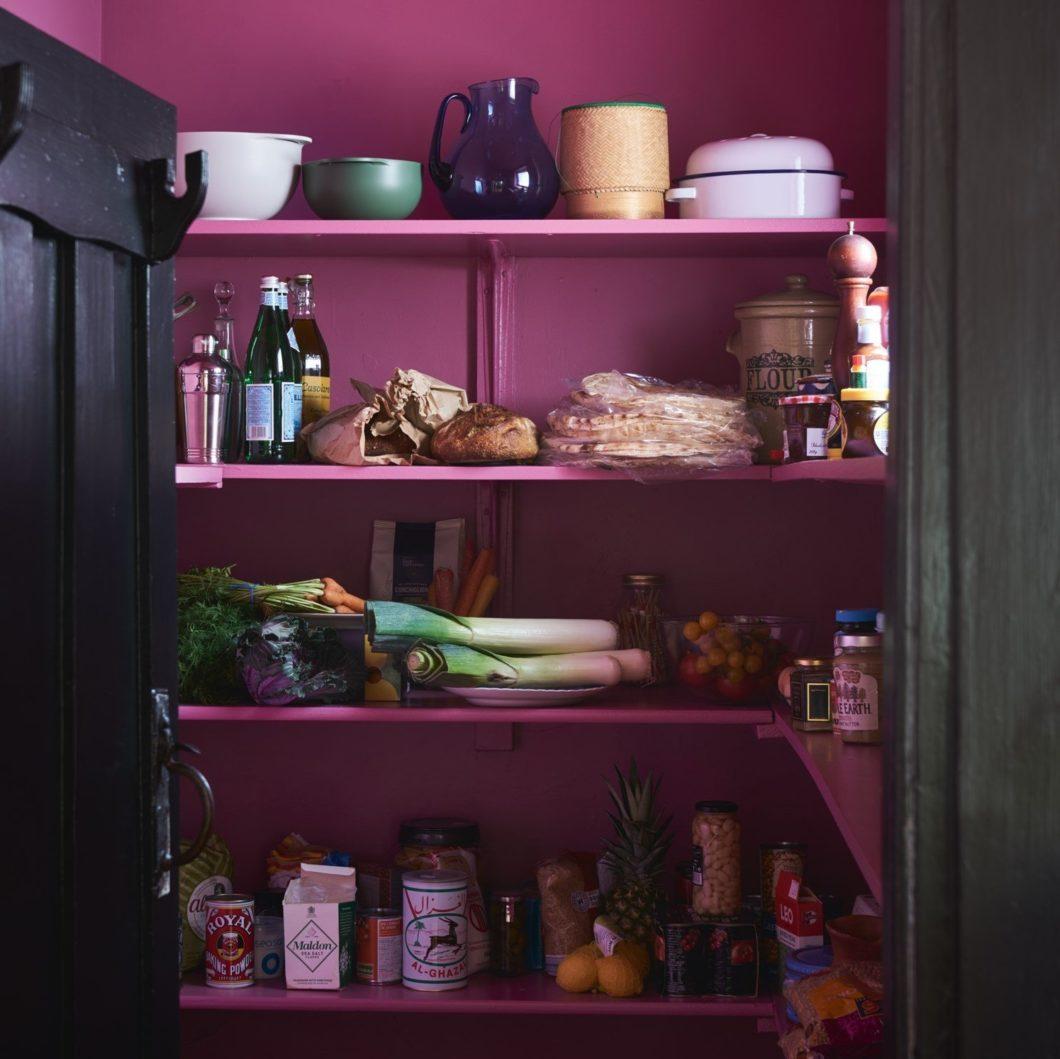 Wenn Sie könnten, wie Sie wollten - wie würden Ihre Farben in der Küche dann aussehen? Ein wenig schrill, zumindest im Vorratsschrank? Hören Sie auf, nur von schönen Bildern zu träumen - seien Sie eine Inspiration für sich selbst und andere. (Foto: Farrow & Ball)
