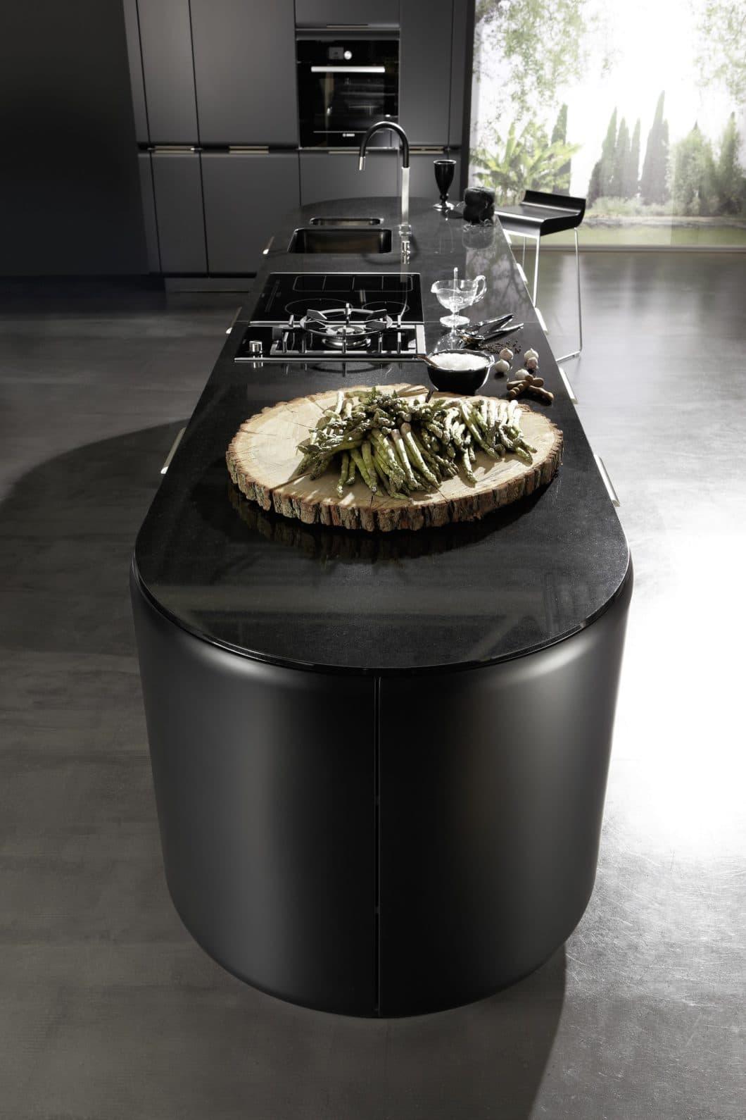 Praktisch: viele runde Endstücke von Kücheninseln werden als zusätzlicher Stauraum-Schrank genutzt. Nicht so praktisch hingegen: ein Essbereich ist fast unmöglich anzugliedern. (Foto: rational)