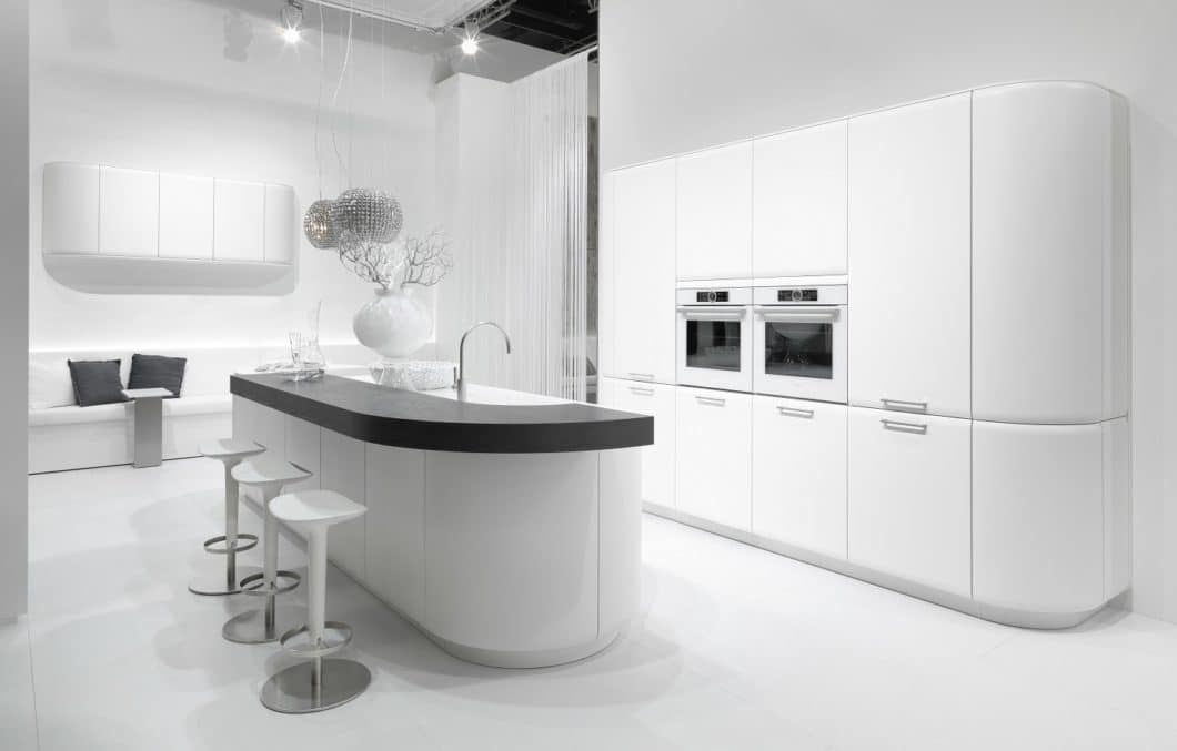 Runde Küchen sind in jedem Fall ein Hingucker. Der Bar-Gedanke einer Küche kann damit zusätzlich betont werden. Für ausreichend Stauraum bietet sich eine Kombination aus eckigen und runden Schränken an. (Foto: rational)