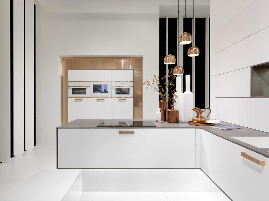 rational vereint elegantes italienisches Design und deutsche Fertigungsqualität in seinen Küchen, die oftmals mit Kupfer, Messing, Stein und Mattlack experimentieren. (Foto: rational)