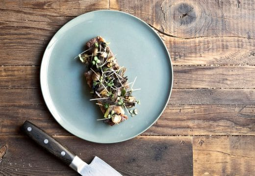 """Kopenhagens Küche hat sich still und heimlich zum weltweiten Liebling gemausert - dank simplem, skandinavischen Essensstil und passendem nordischen Interior. (Foto: Höst, Kopenhagen; mit hauseigenem Geschirr """"New Norm"""")"""