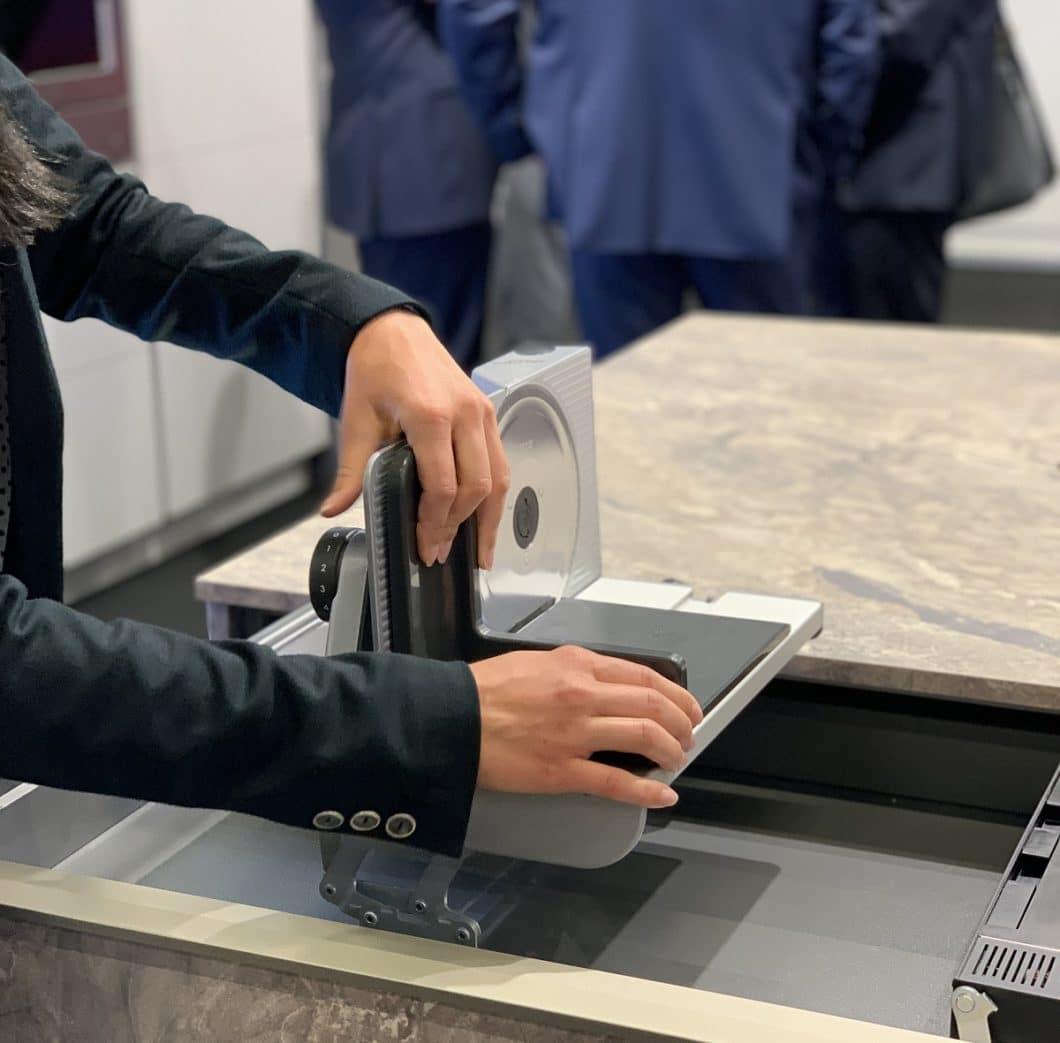 Ein Allesschneider in der Küchenschublade? Möglich macht es die Firma ritter, die ihre einklappbaren Kleingeräte auf der küchenwohntrends in Kooperation mit Beckermann Küchen vorstellte. (Foto: Susanne Scheffer/ KüchenDesignMagazin)