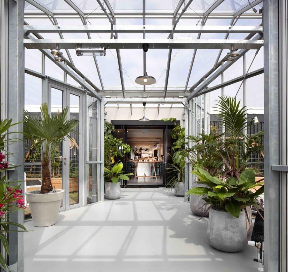 Selbst im Hotel ist man schnell draußen und an der frischen Luft: Oben auf dem Dach wartet ein Gewächshaus mit Kräuteranpflanzung sowie zwei weitere Dachterrassen. (Foto: livezoku.com)