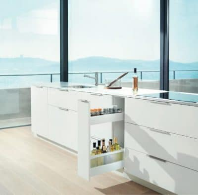 Schmale Zwischenräume können für schmale Küchenschubladen genutzt werden: Hier können beispielsweise Öle, Weine und Gewürze griffbereit zum Kochen gelagert werden. (Foto: Blum)