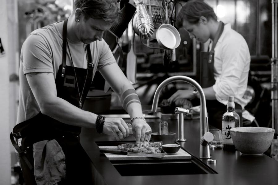 Die Prepstation ist nach dem Vorbild professioneller Küchen aus der Gastronomie ausgerichtet: Links waschen, in der Mitte zubereiten, rechts Dampfgaren oder zur weiteren Verwendung lagern. (Foto: Schock)