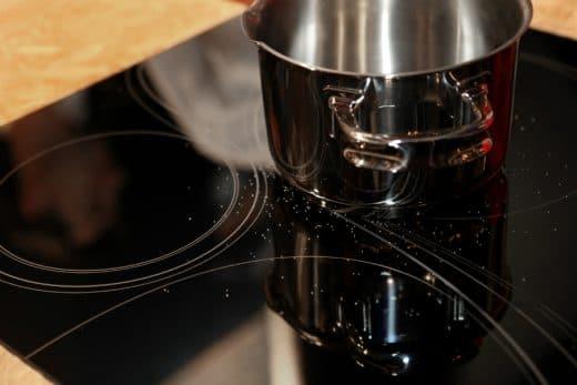 Schon kleine Salzkörnchen oder Unregelmäßigkeiten auf der Glaskeramikoberfläche können in Kollision mit Töpfen kleine Kratzer verursachen. (Foto: SCHOTT)
