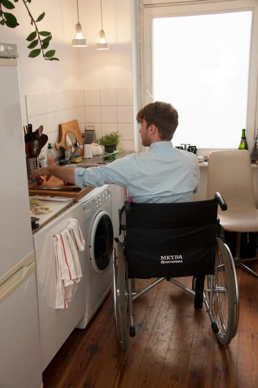...im Rollstuhl an eine bestimmte Höhe gebunden... (Foto: Dirk Biotto, designboom.com)