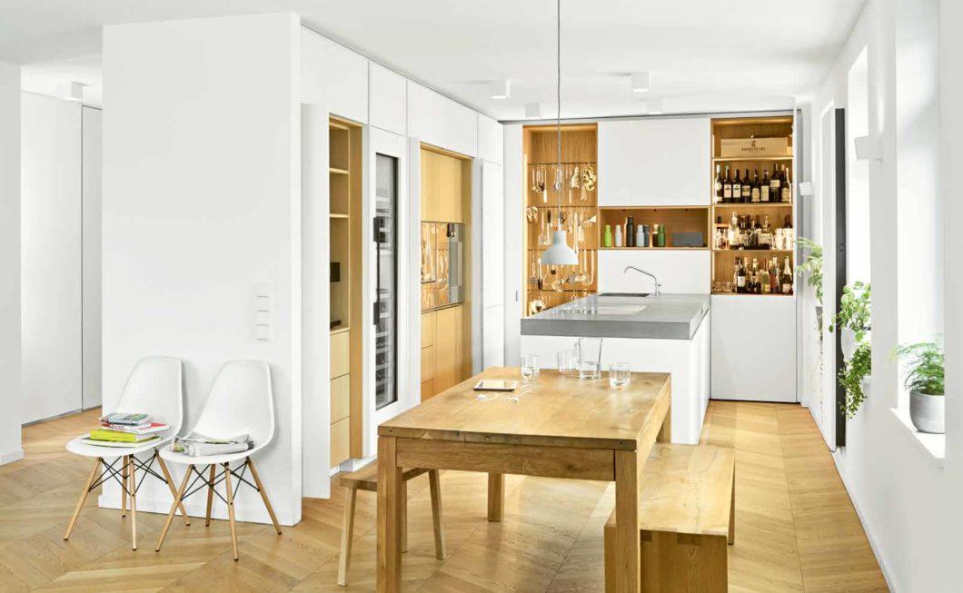 Eine Küche zu planen, kann nicht vom Katalogfoto aus gelingen. Raum, Lichteinfall und architektonische Planung müssen hierbei zusammenspielen. Mit dem selektionD-Prinzip kann ein Planer aus dem Pool an Möbeln und Möglichkeiten genau den Entwurf zusammenstellen, der am besten zu Ihnen und Ihren Lebensumständen passt. (Foto: selektionD)