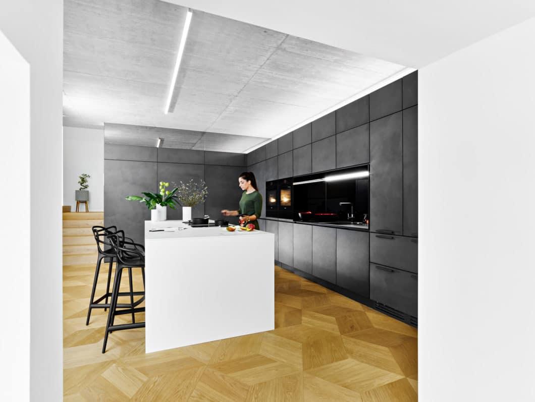 Wunsch der Kunden, die gerne und oft Gäste zu Besuch haben und für diese kochen, war es, in der offenen Küche mit Blick auf den angrenzenden Essbereich zu kochen. Nur das schmutzige Geschirr hinterher sollte schnellstmöglich aus dem Blickfeld geräumt werden. (Foto: selektionD)