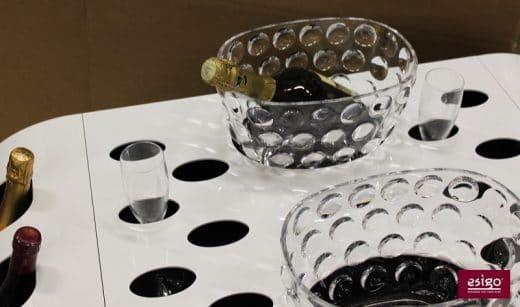 Zwei große Aussparungen für Weinkühler und Eisboxen und mehrere kleine kreisrunde Löcher für Gläser sorgen für eine sichere und stilvolle Degustationsstation. (Foto: esigo)