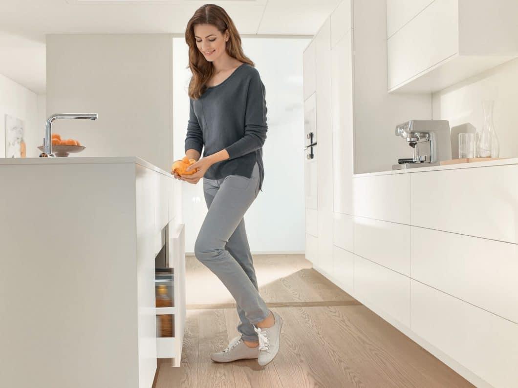 ... oder wenn die Hände schmutzig sind. Lediglich ein leichter Druck genügt, und die Schublade oder der Mülleimer öffnen sich automatisch. (Foto: BLUM)