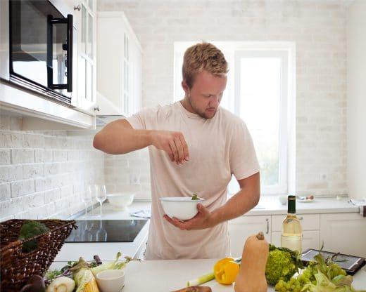 Es sind zunehmend Männer, die in der Küche stehen und diese dementsprechend technisch aufrüsten. Bei beiden Geschlechtern gilt die Küche zunehmend als erstrebenswertes Statussymbol.
