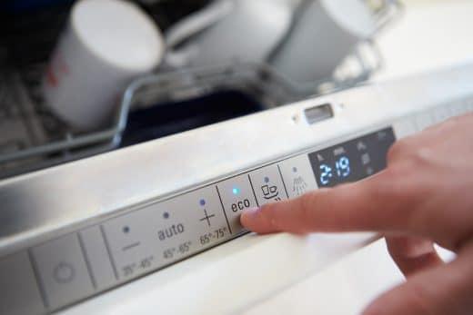 Die meisten Geschirrspüler besitzen heute einen Eco-Modus, der besonders energieschonend (und dadurch länger) arbeitet.