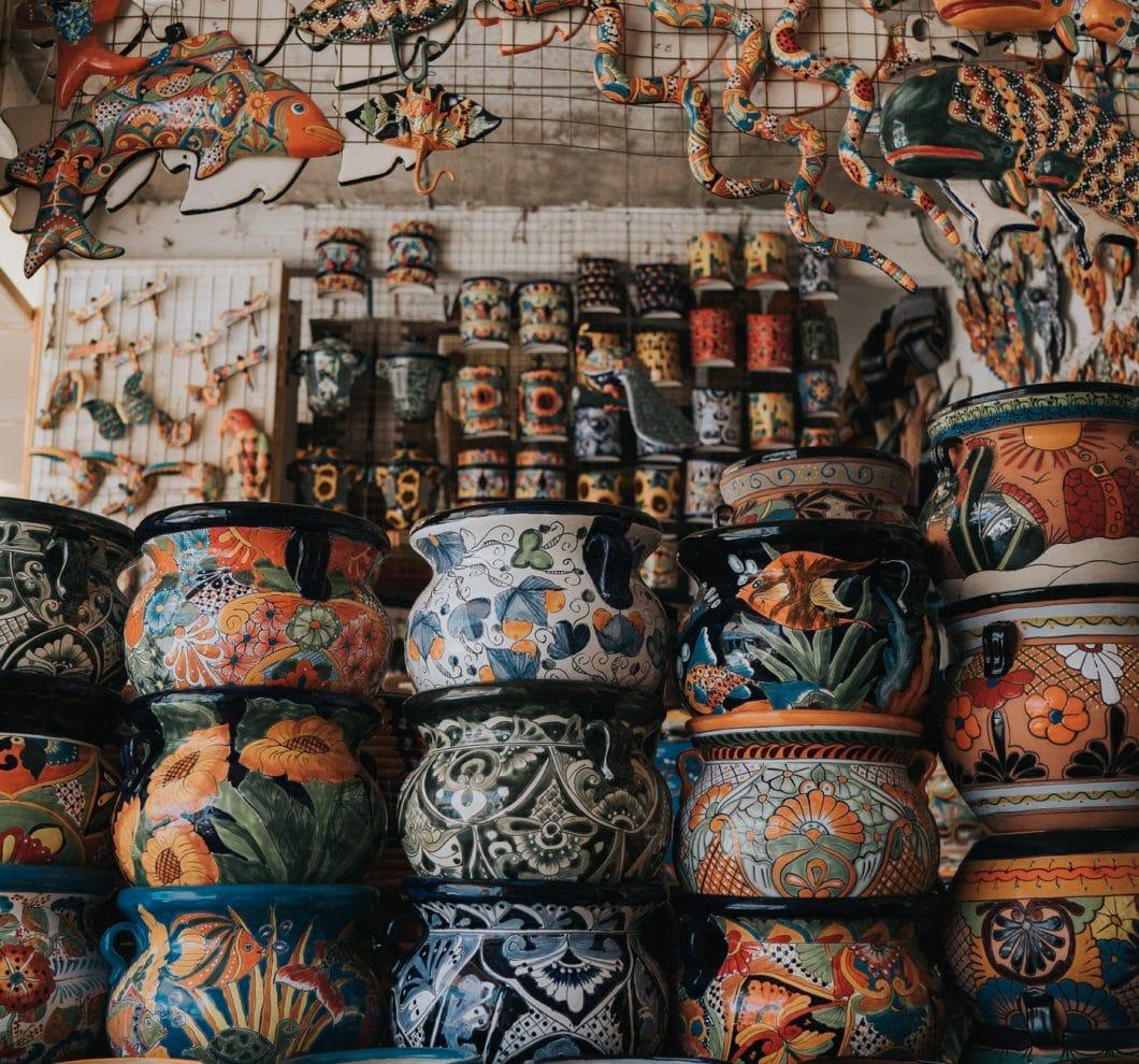 Wild bemalte Tontöpfe machen die mexikanische Küche nicht nur feurig und aromatisch, sondern auch unvergleichlich schön. Zum Glück lassen sie sich auch in der modernen Küche zum Einsatz bringen. (Foto: Sidney Pearce)