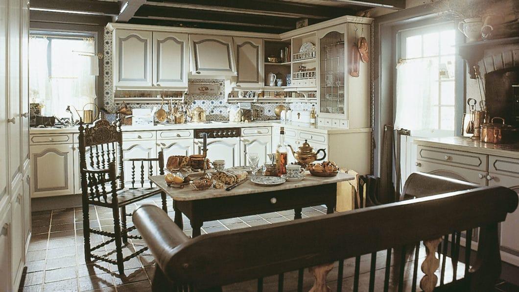 Zum Vergleich: eine SieMatic-Küche aus den 1960er Jahren, die in altdeutschem Landhausstil geplant wurde. Heute kommt der moderne Landhausstil viel aufgeräumter und weniger puristisch daher. (Foto: SieMatic)