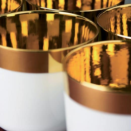 Das Porzellan der Champagnerbecher ist hauchdünn: Die minimalste Wandstärke, die nur von Hand gefertigt werden kann. (Foto: SIEGER by FÜRSTENBERG)