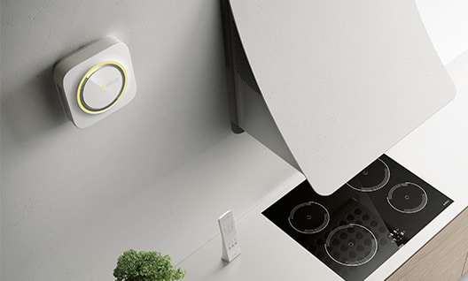 Das moderne Absaugsystem SNAP unterstützt durch kabellose Kommunikation nicht nur den Dunstabzug, sondern hält die Luft im gesamten Raum tagtäglich frisch. (Foto: Elica)