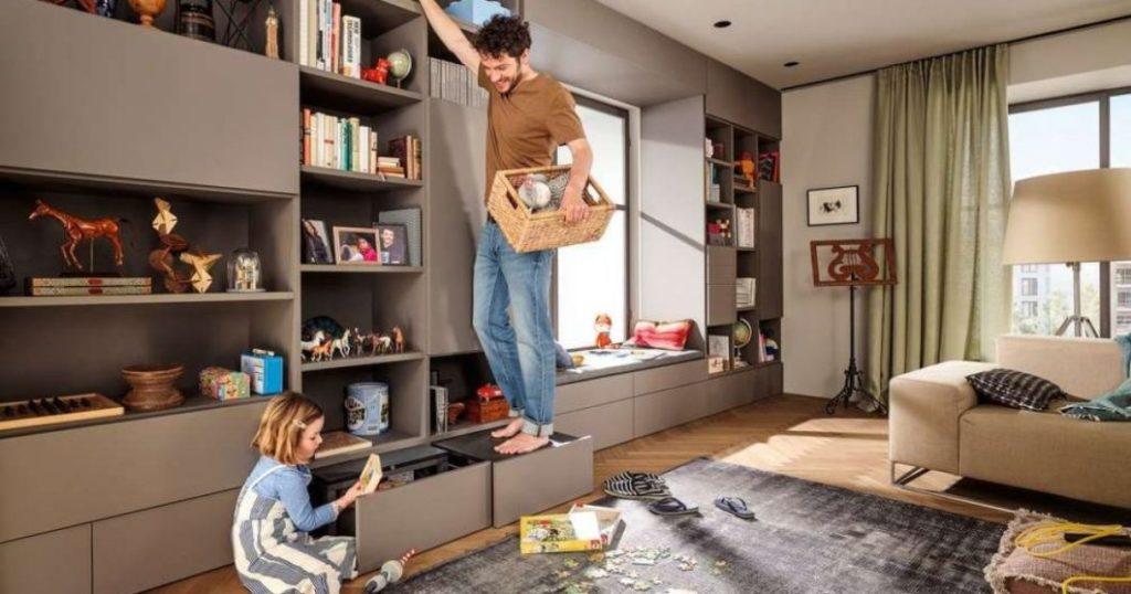 Aufgrund ihrer Anpassbarkeit an verschiedene Korpusgrößen lässt sich die praktische Sockellösung SPACE STEP natürlich auch in Wohnraum, Bad und Garderobe einsetzen. (Foto: blum)