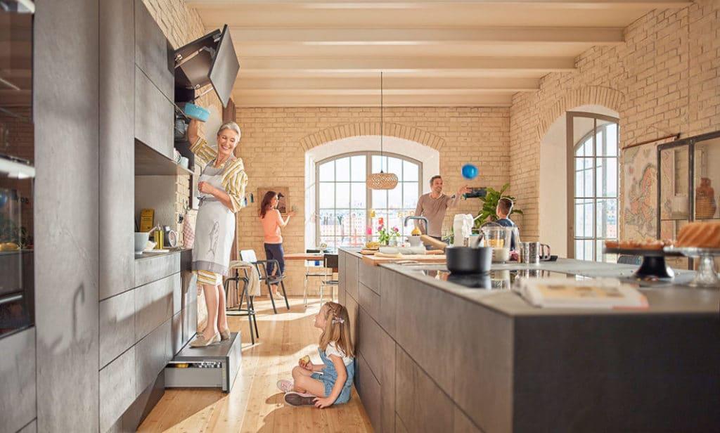 Hoch hinaus planen: in modernen Küchenräumen werden Schränke gern bis unter die Decke geplant, um zusätzlichen Stauraum zu schaffen. Mit dem SPACE STEP gelangt man nun ganz bequem an jedes Fach heran - auf Knopfdruck. (Foto: blum)