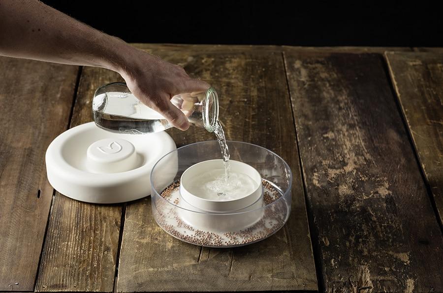 2. Wasser in den Steingut-Behälter im Inneren des Sproutrs füllen. (Foto: Sproutr/ Vooking)