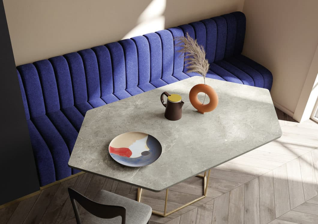 Mit passenden Möbeln zur Arbeitsplatte in Marmor-Optik wird ein Küchenraum zum ästhetischen Gesamtkunstwerk. (Foto: SapienStone)