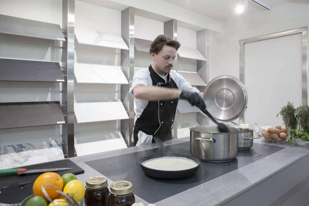 Freiheit beim Kochen - und vor allem auch davor und danach - darum geht es bei der SapienStone-Neuheit. Das integrierte TPB-Induktionskochfeld schafft eine großzügige Kochfläche, auf der auch gearbeitet, vorbereitet und sogar gegessen werden kann. (Foto: TPB)