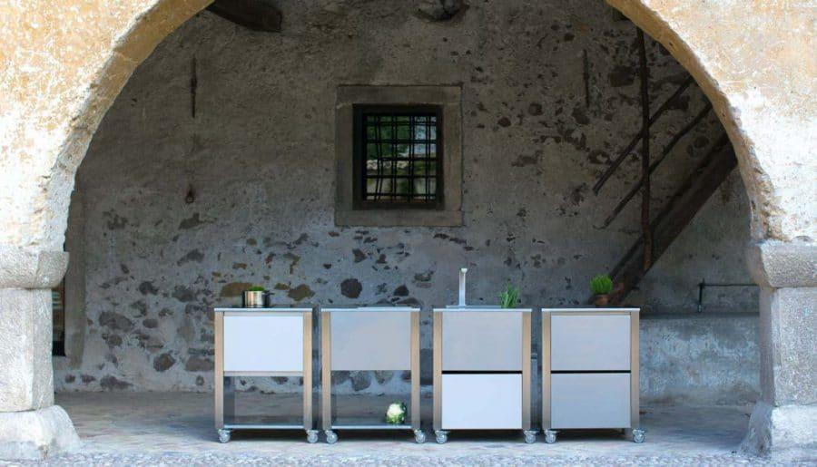 Jokodomus' Outdoor-Küchen lassen sich als einzelne Küchenmodule beliebig zusammenstellen. (Foto: Jokodomus)