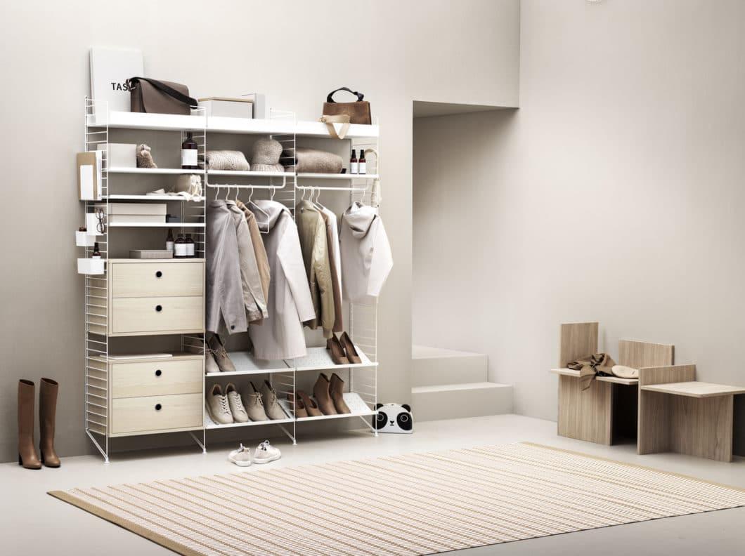 Auch im Schlaf- oder Wohnzimmer, als Flurgarderobe oder Nachttischgestell kannd as Regal String+ individuell zusammengesetzt und jedes Mal optisch verändert werden. (Foto: String Design AB)