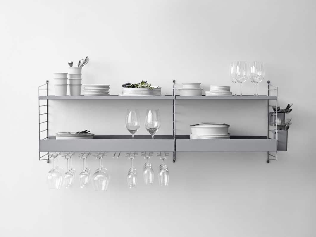 Speziell in der Küche kann das Regal String+ ideal zum Aufhängen von Küchenutensilien, Aufbewahren von Lebensmitteln und als Regal für Geschirr dienen, das tagtäglich genutzt wird. (Foto: String Design AB)