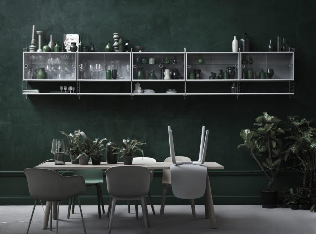 String+ kann sich beliebig den Stilen anpassen: als industrielle, blanke Edelstahlschiene in der Küche oder, wie hier, als minimalistische offene Vitrine im Essbereich. (Foto: String Design AB)