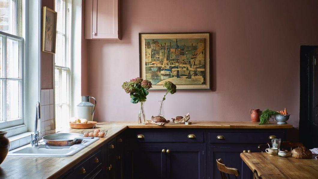 Dieses Küchenbild nimmt den Betrachter sofort gefangen. Nicht, weil die L-förmige Küchenzeile besonders originell geplant oder mit Geräten bestückt wäre - sondern, weil Farbe von Küchenfront und Wand einen attraktiven, ungewöhnlichen Kontrast bilden. (Foto: Sulking Room; Farrow & Ball)