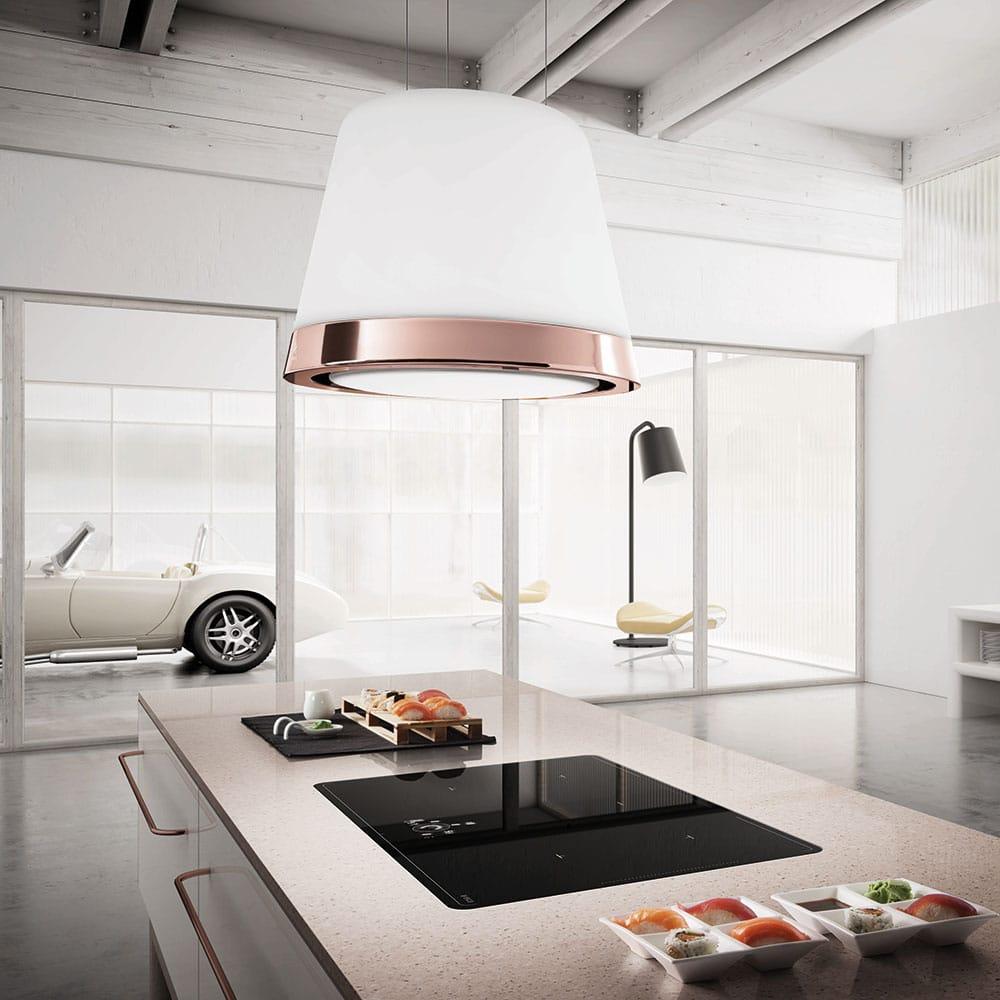 """Das Modell """"Summilux"""" kommuniziert automatisch mit dem Kochfeld und stellt so seine Abzugsgeschwindigkeit selbständig ein. (Foto: Elica)"""