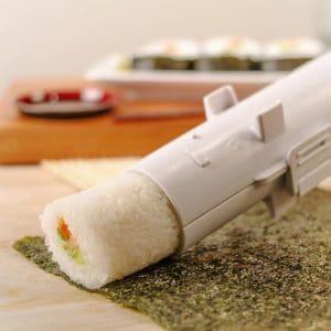 Ruckzuck hat der Sushi Bazooka die Sushirolle formiert - mit oder ohne Algenmantel. (Foto: RADBAG)