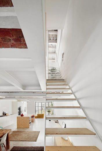In dem ehemals maroden alten Haus wurden viele Zwischenwände herausgenommen, um vor allem die untere Etage mit Küche und Wohnbereich mit Licht zu überfluten. Ein sehenswertes Ergebnis (Foto: José Hevia)