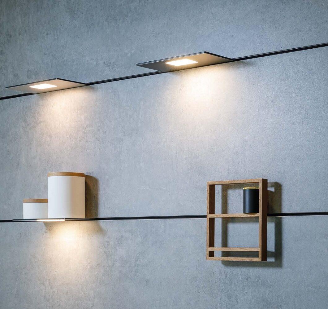 """Jedes Accessoire ein zusätzlicher """"brick in the wall"""": das Stecksystem für die Rückwand kann mit verschiedenen Elementen befüllt werden. (Foto: orea Europe)"""