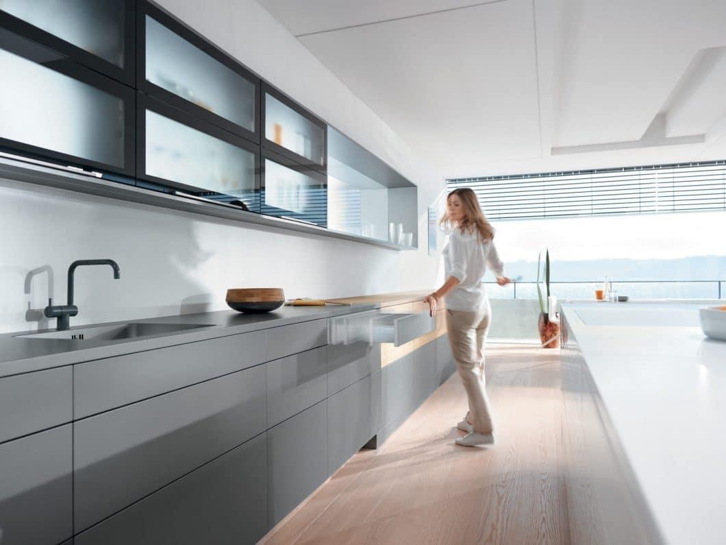 TIP-ON BLUMOTION lässt jede Küchenschublade auf leichten Druck hin ausfahren und durch einen ebenso leichten Klaps wieder einfahren. Ein neues Level an Ergonomie in der Küche. (Foto: BLUM)