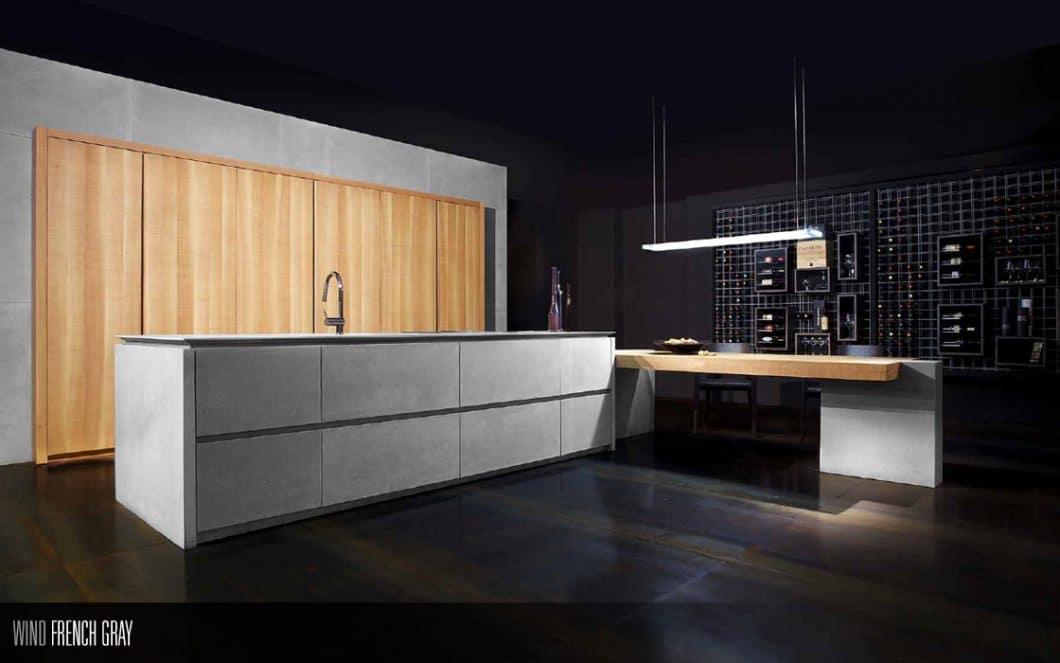 """Toncelli gilt als einer der ungewöhnlichsten Küchenhersteller Italiens und spielt mit unterschiedlichen Materialien - hier zum Beispiel beim Modell """"Wind French Gray"""" mit Beton und Holz. (Foto: Toncelli)"""