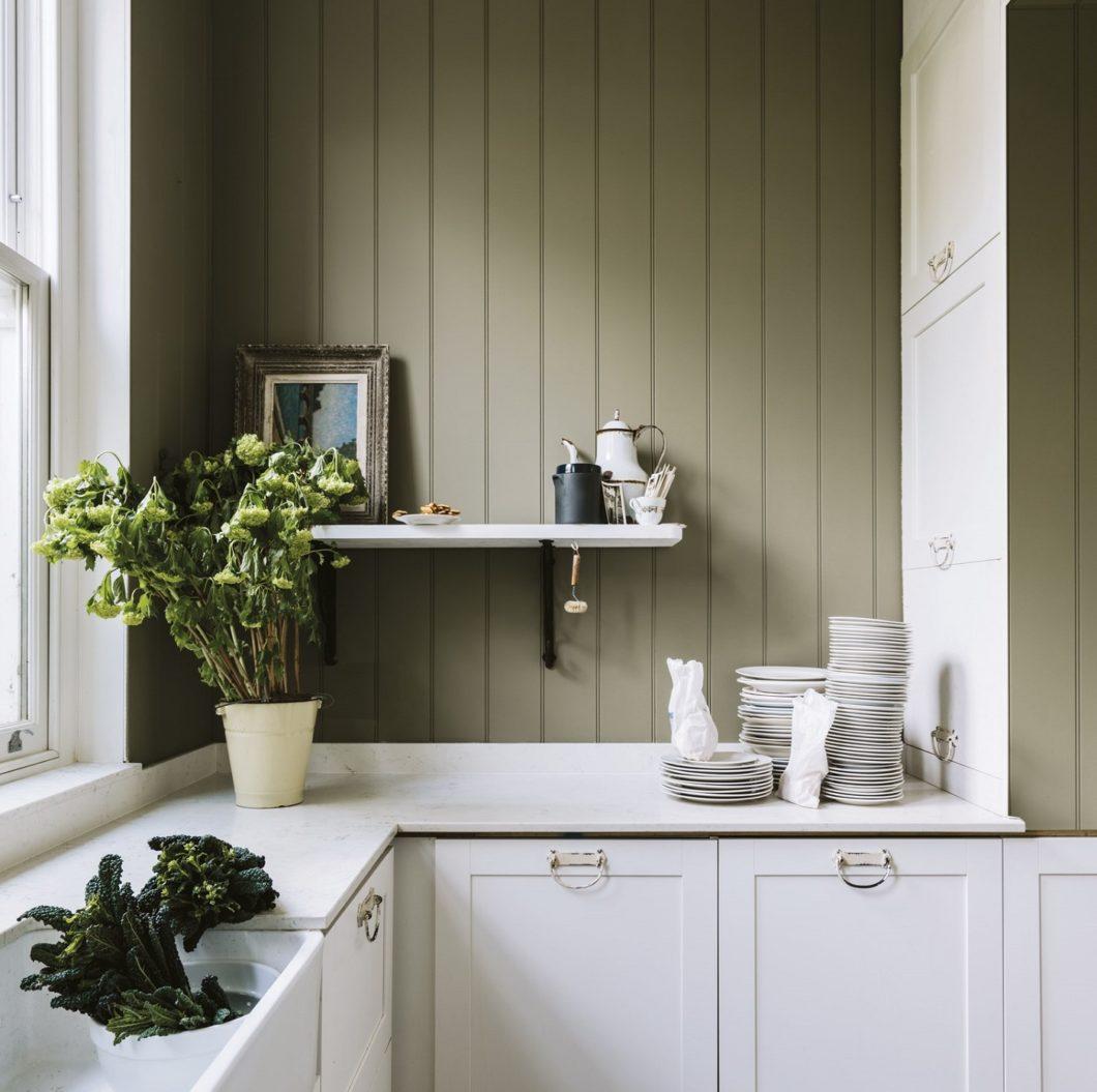 Grün steht nicht nur Küchenrückwänden gut, sondern auch dem ökologischen Gewissen: seit 2010 hat Farrow & Ball alle Farben sowie Tapeten auf nachhaltige Produktion und Entsorgung umgestellt. (Foto: Farrow & Ball)