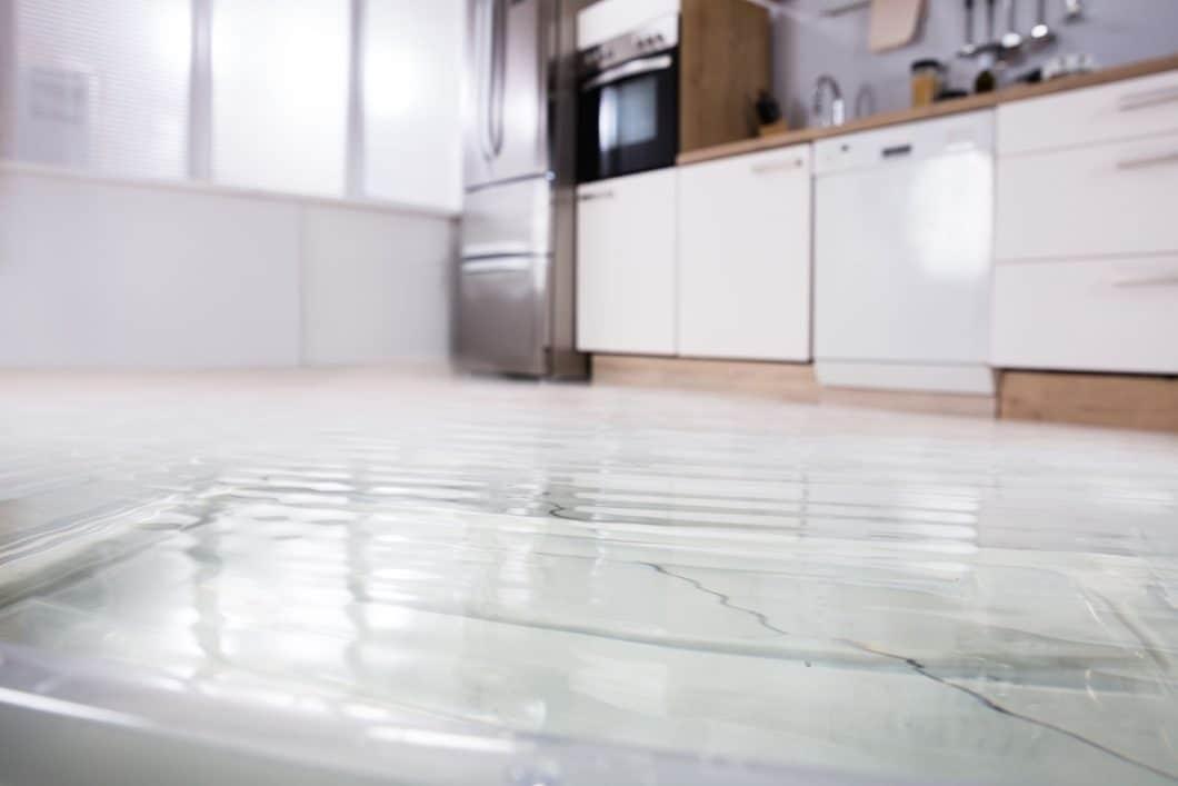 Wasserschäden in der Küche kann man nie gebrauchen - besonders aber nicht zur Urlaubszeit, wenn man aus der Ferne nichts bemerkt und dementsprechend nicht handeln kann. Ein Wassermelder kann hier Abhilfe schaffen und Alarm schlagen. (Foto: Andriy Popov)