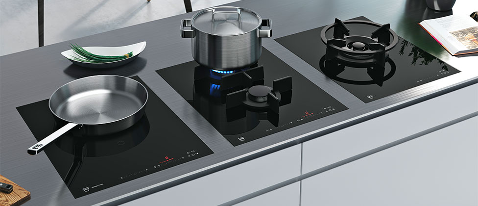 """Traditionelle Kochtechnik mit neuen Funktionen: Seine Gaskochfelder hat V-ZUG mit smarten neuen Features ausgestattet, so z.B. die Funktion """"Simmern"""" oder """"Schmelzen"""". (Foto: V-ZUG)"""