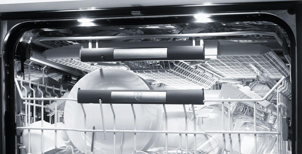 """Der Premium-V-ZUG-Geschirrspüler ist im Inneren mit sanften LED-Leuchten ausgestattet, die ebenfalls zur Stromreduzierung beitragen. Nach Beendigung des Spülvorgangs hilft der automatische """"Türaufstoßer"""", die Klappe des Geschirrspülers wenige Millimeter zu öffnen und damit den Trocknungsvorgang zu unterstützen. (Foto: V-ZUG)"""