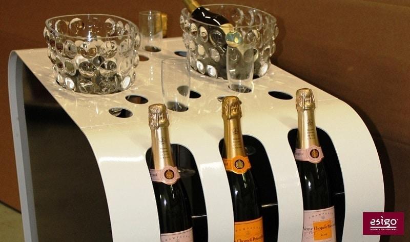 Der Wein-Servierwagen von esigo mit senkrechten Aussparungen für kohlensäurehaltige Getränke, die nicht liegend gelagert werden dürfen: Prosecco, Champagner & Co. (Foto: esigo)