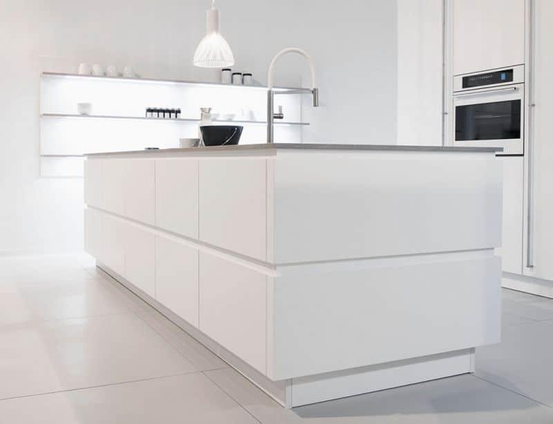 Weiße Küchen sind hier und da ein Streitthema: die einen wählen sie aufgrund ihrer Zeitlosigkeit, die anderen finden sie schlichtweg ausdrucksarm. Unsere 3 Variationen zeigen, wie vielfältig der helle Farbton tatsächlich einsetzbar ist. (Foto: Rotpunkt)