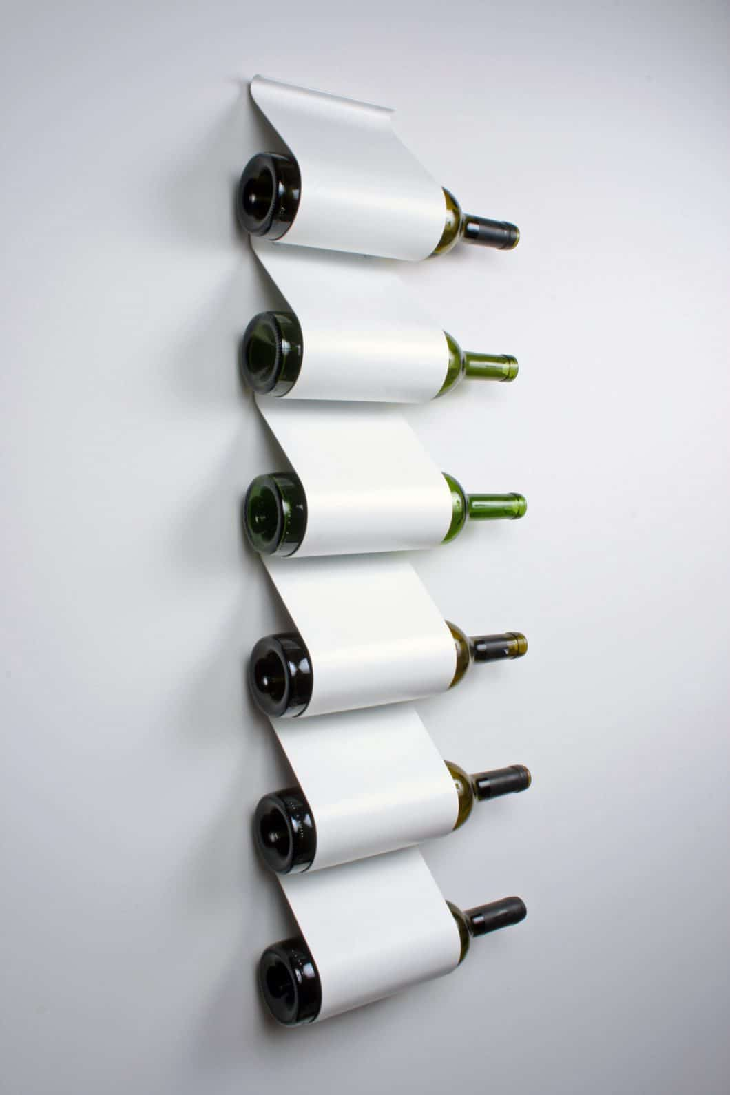 Einfach und ikonisch setzt dieser Weinschrank der Designer 'Iron Design Company' einen guten Tropfen Wein in Szene.