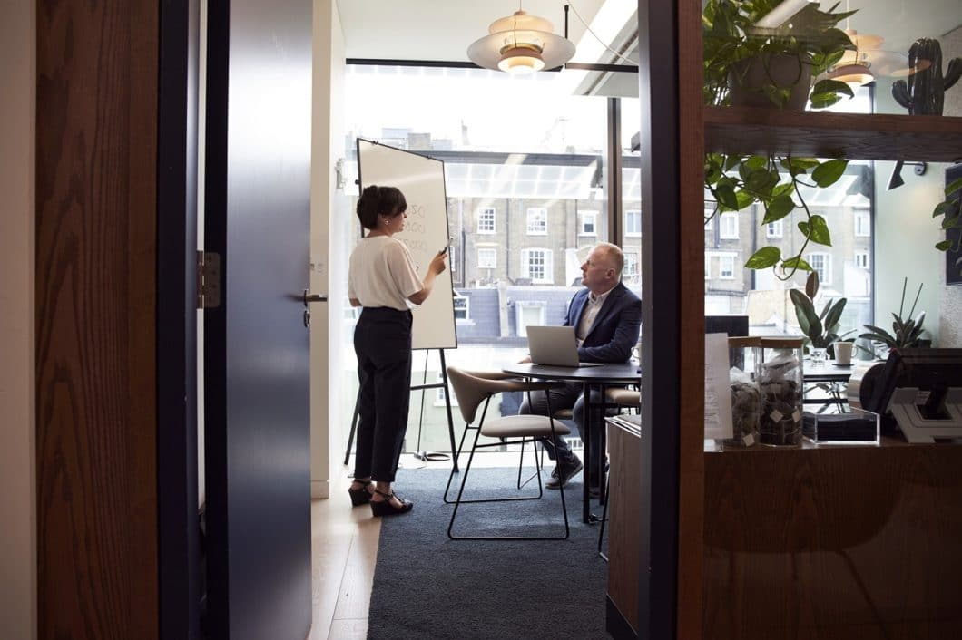 Wie läuft der Küchenkauf in Zeiten von Corona ab? Zum Beispiel durch Einzelgespräche in abgetrennten Studio-Büros oder bei Ihnen zuhause. Profitieren Sie vom Fokus des Planers allein auf Ihr Vorhaben. (Foto: stock)